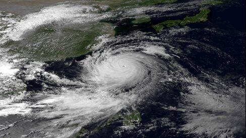 Hong Kong Raises Storm Signal as Typhoon Usagi Bears Down