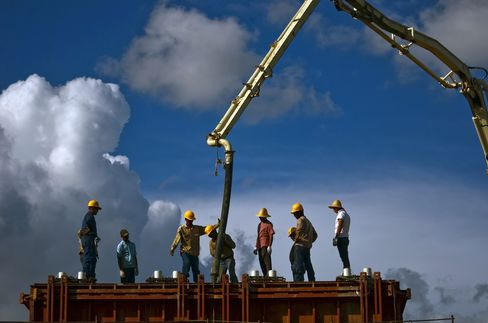 Chinese and Venezuelan construction workers build an elevated platform at China Railway Engineering Corporation's (CREC) Tinaco-Anaco railway project in Los Dos Caminos, Venezuela. Photographer: Meridith Kohut/Bloomberg
