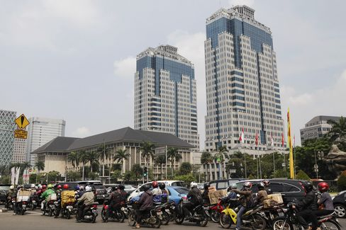 Indonesia Raises Rates in Unplanned Move as Japan Lends Support
