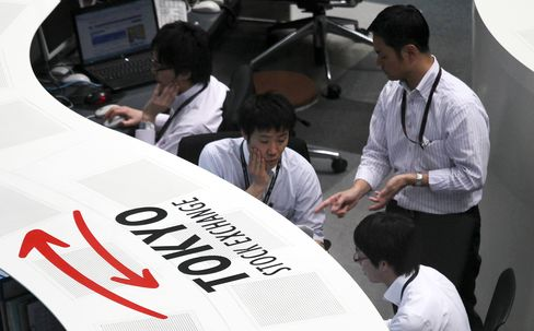 Japanese Stocks Fall Third Day as Commodities Tumble, Yen Gains