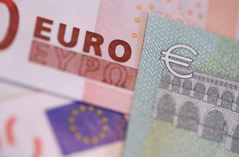 Euro Climbs to Four-Week High Before Draghi Speaks