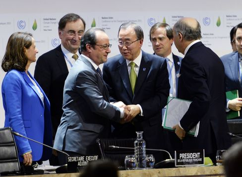 French President Francois Hollande (L) shakes hands with United Nations Secretary General Ban Ki-moon (C)