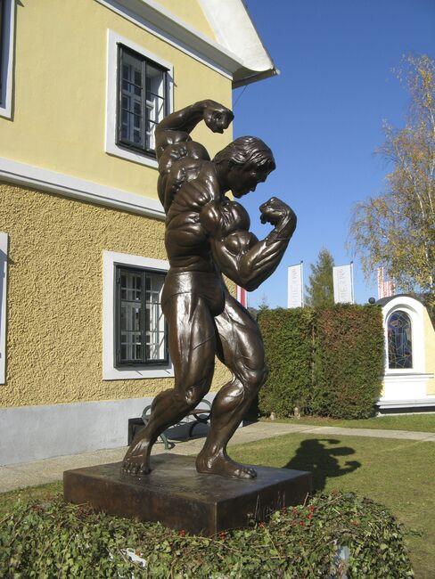 Arnold Schwarzenegger Statue