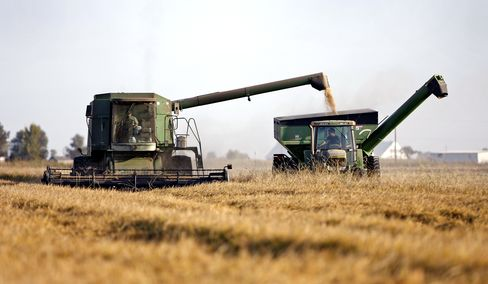 U.S. Farmland Rally May Ease as Crop Prices Drop, Economists Say
