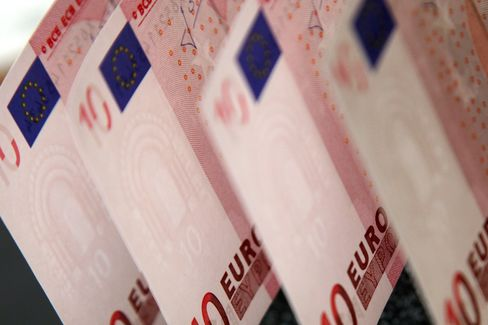 Euro Rises Before ECB Allots 3-Year Loans to Banks