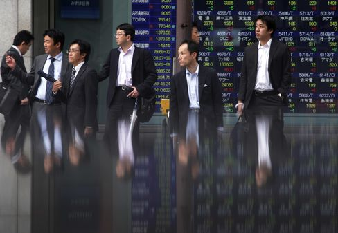 Asian Stocks Decline as Yen Nears Month High Before BOJ Decision