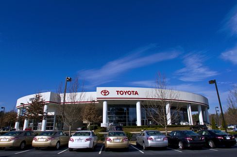 Toyotas U.S. Sales Surge 42%, Unhurt by Recalls in February