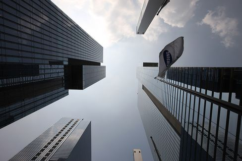 The Samsung Electronics Co. Seocho office building, right, stand in Seoul, South Korea. Photographer: SeongJoon Cho/Bloomberg