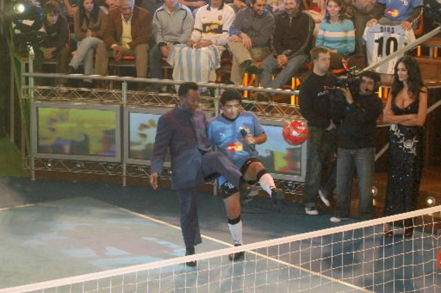Maradona and Pele playing 'keepy up.'