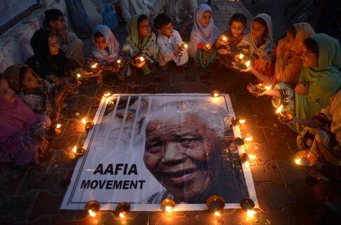 Schoolchildren Pay Tribute to Nelson Mandela in Karachi