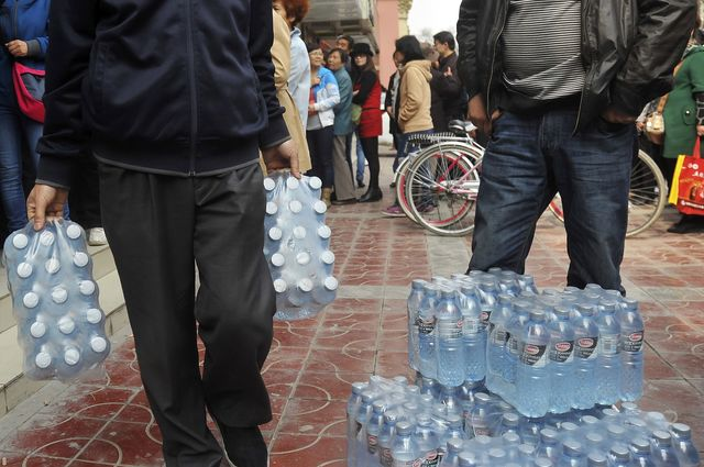 People line up to buy bottled water in the northwestern city of Lanzhou, Gansu province, China. Photographer: AP Photo