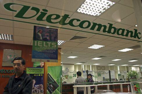 Mizuho Said to Be Close to Buying $760 Million Vietcombank