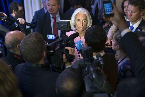Shutdown Raises Global Recession Risk as Lagarde Lambastes U.S.