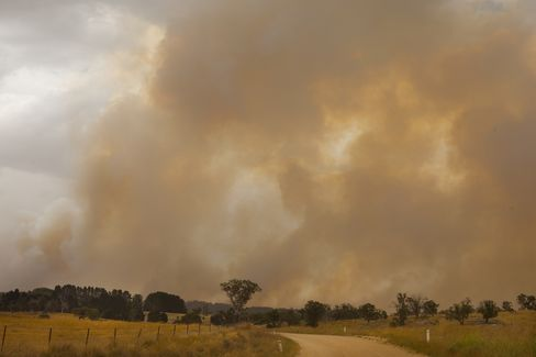 Wildfires Threaten Australia Homes Even as Record Heatwave Eases