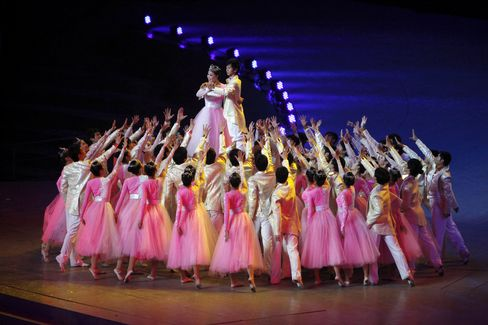 Shanghai Marks End of Record World Expo With Songs and Dance