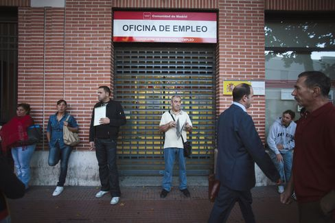 Spain's Unemployment Breaches 25%, Adding to Bailout Pressure