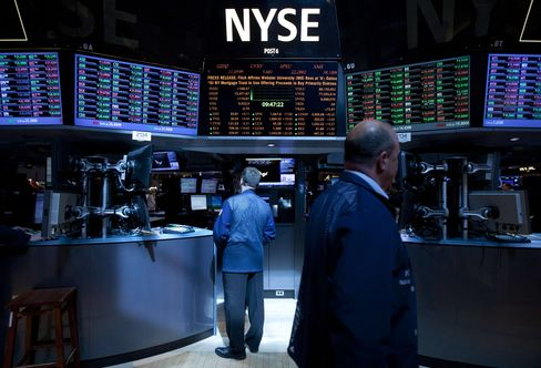 U.S. Stocks Fluctuate on Fed Officials' Comments, UPS Forecast