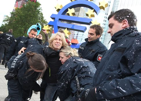 Frankfurt Police Clear Occupy Camp as Euro Disenchantment Rises