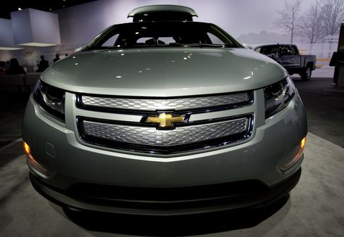 GM's Chevy Volt Leads U.S. Rechargeable Car Sales as Leaf Stalls