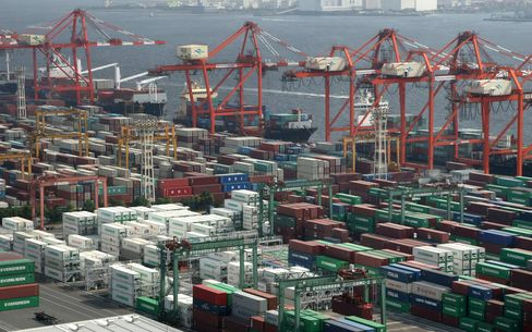 Japan's Fifth-Straight Export Decline Adds to Risk of Recession