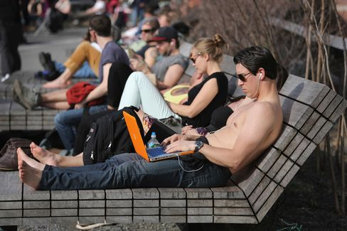 East Coast Warms as Plains Chill Amid Flight-Delaying Storms