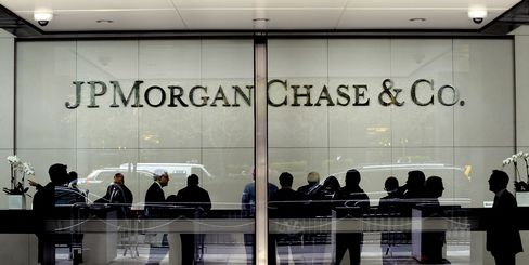 People stand inside of JPMorgan Chase & Co. headquarters in New York. Photographer: Peter Foley/Bloomberg