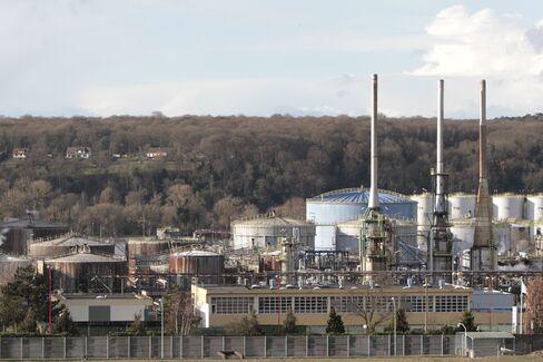 Petroplus Closures to Boost Oil-Refining Profits