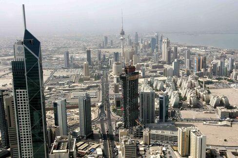 Kuwait Stocks Tumble Most Since 2009 on Politics; Dubai Declines