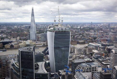 London's Walkie-Talkie 'Fryscraper' Draws Crowds on Hottest Day
