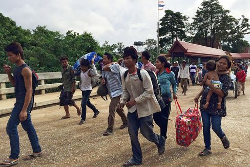 Cambodian Migrants Crossing The Border