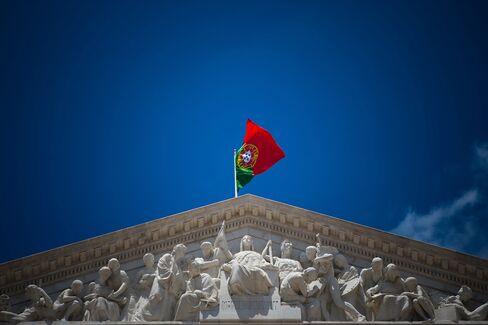 Portugal Sells 2 Billion Euros of Treasury Bills in Auctions