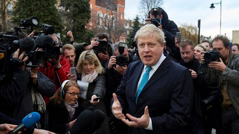 London Mayor Boris Johnson (C) delivers a statement to the media regarding his position on the forthcoming EU referendum outside his home in London on February 21 , 2016London mayor Boris Johnson on February 21 said he would support a vote for Britain to leave the European Union in a blow for Prime Minister David Cameron ahead of a membership referendum in June. / AFP / NIKLAS HALLE'N        (Photo credit should read NIKLAS HALLE'N/AFP/Getty Images)