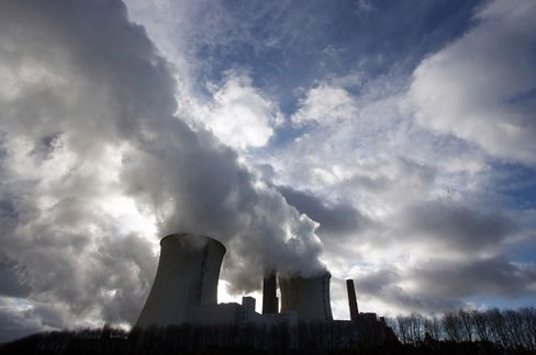 EU Carbon May Decline to Record as Glut Expands