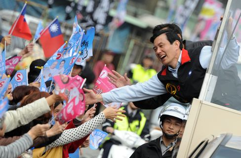 Ma Ying-jeou Greets Supporters in Taipei