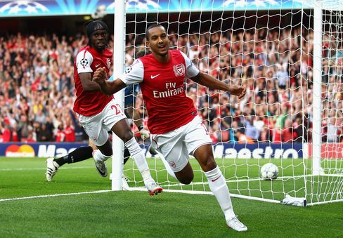 Walcott Gives Arsenal Slim Champions League Lead