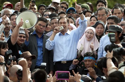 Malaysian Opposition Leader Anwar Acquitted in Sodomy Trial