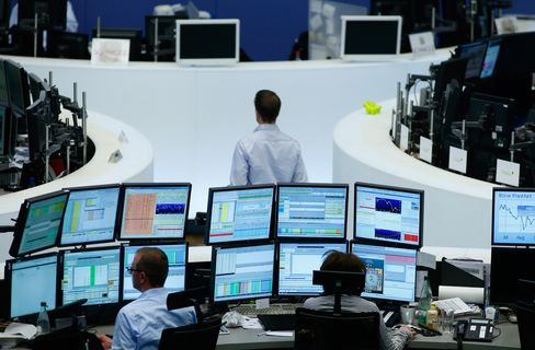 Traders work on the floor of the Frankfurt Stock Exchange in Frankfurt. Photographer: Ralph Orlowski/Bloomberg