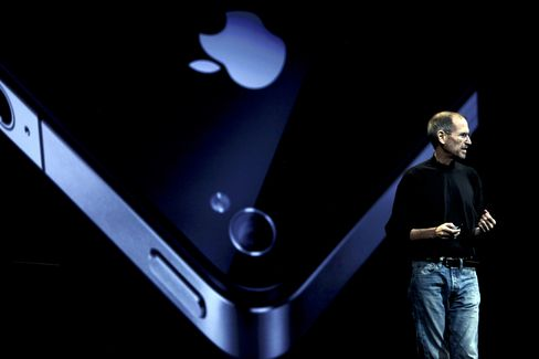 Steve Jobs Standard Hovers Over Samsung's Shin for Galaxy Debut