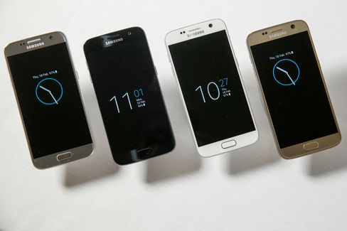 """EMBARGOED FOR FEB. 21, 1800 GMTThe new range of Samsung Electronics Co. Galaxy S7 in four finishes, left to right, Silver Titanium, Black Onyx, White Pearl and Gold Platinum all showing the """"Always-On"""" display screen in this arranged photo in London, U.K., on Thursday, Feb. 18, 2016. Samsung showed off new Galaxy S7 smartphones featuring upgraded components and the return of a popular feature missing from their predecessors, in the latest attempt to breathe life into its premium line and wrest ascendancy back from Apple Inc. Photographer: Luke MacGregor/Bloomberg"""
