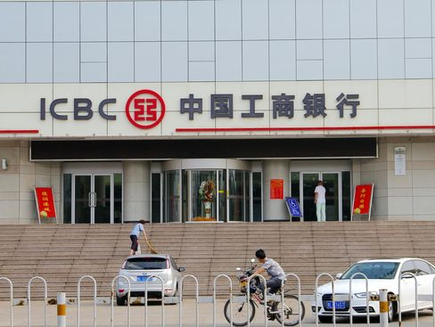 China Banks' Record Share Sales to Damp Profit in Vicious Cycle