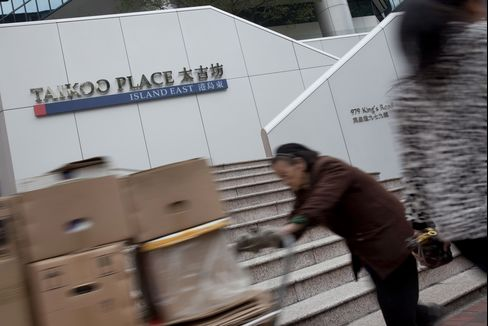 Hong Kong Bank to Move Trading-Floor Operations, Swire CEO Says