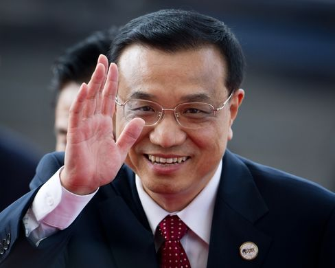 China's vice premier Li Keqiang waves as he arrives at the Boao Forum for Asia in Boao, Hainan Province. Photographer: Ed Jones/Pool via Bloomberg
