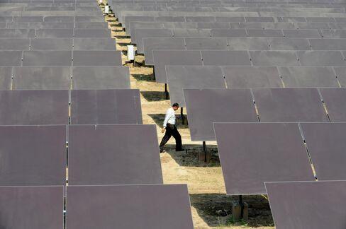 U.K. Solar Industry Sidesteps Tariff Cut to Build Biggest Plants