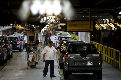 Brazil GDP Expands Less Than Forecast as Investment Plunges