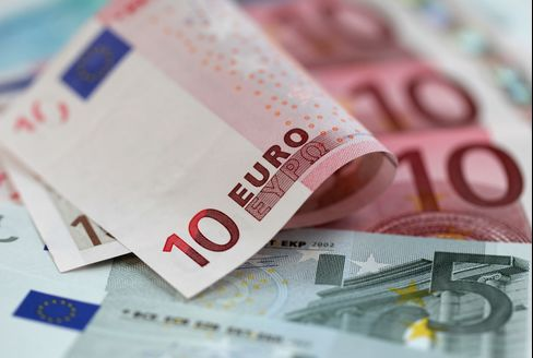 Euro Weakens as Draghi Said ECB Open to Negative Deposit Rate