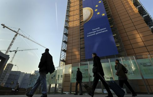 Euro-Region Economic Confidence Falls to Two-Year Low