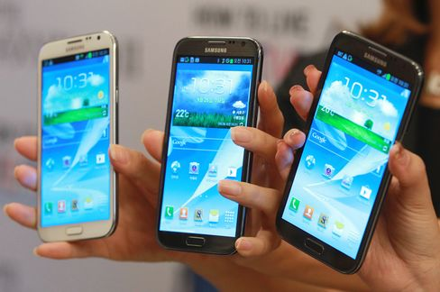 Smartphone Makers Size Up Apple in Holiday Competition