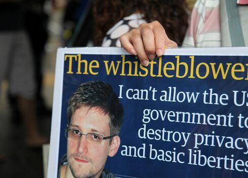 Assange Says WikiLeaks Team Aiding Snowden on Iceland Asylum