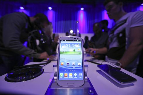 Apple Seeks to Block Sales of Samsung's New Galaxy Phone
