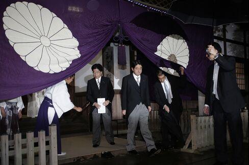 Japan Ministers Visit Tokyo War Shrine Amid Spat With China